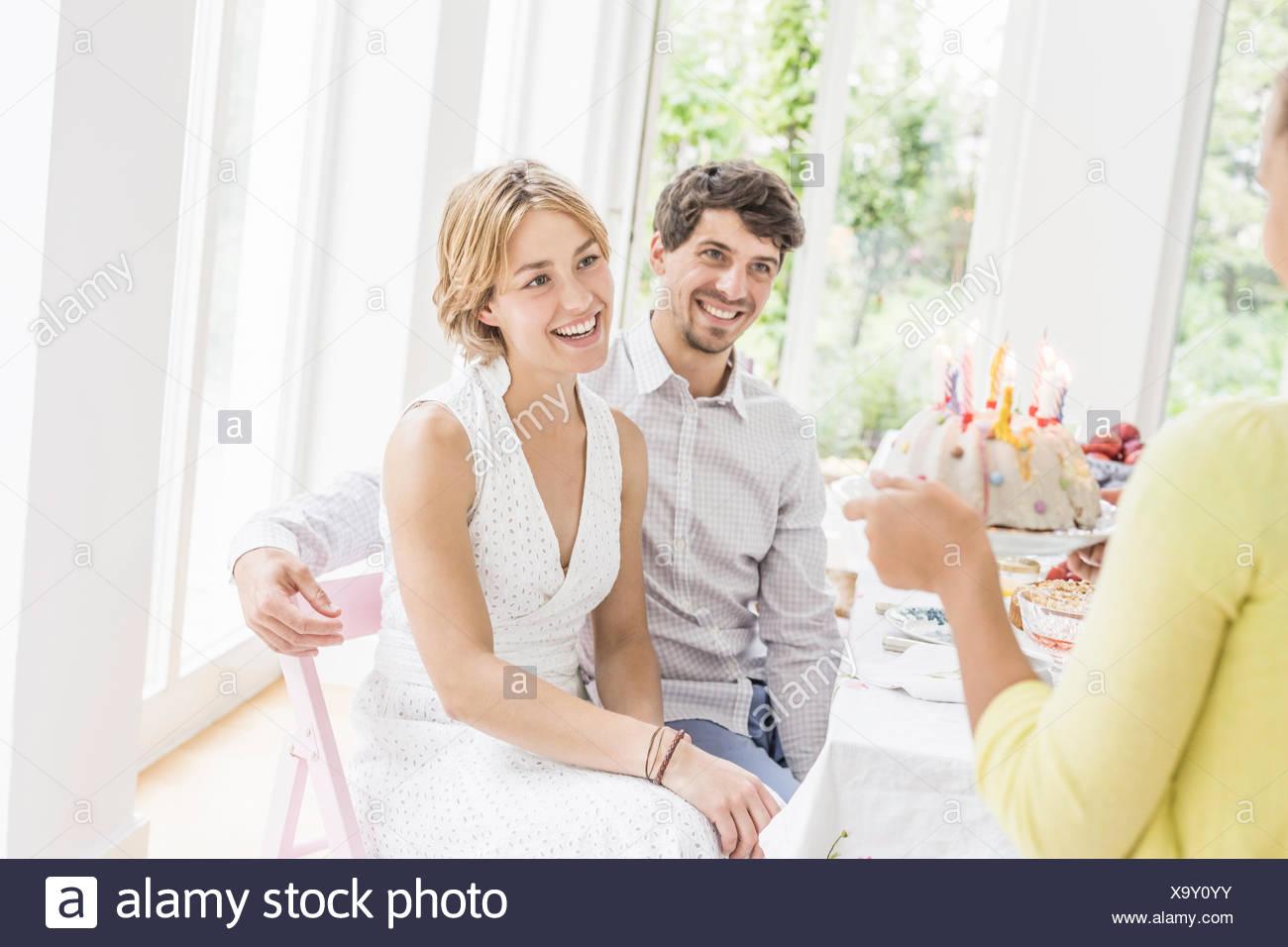 Madchen Die Ubergabe Geburtstagskuchen An Eltern Auf