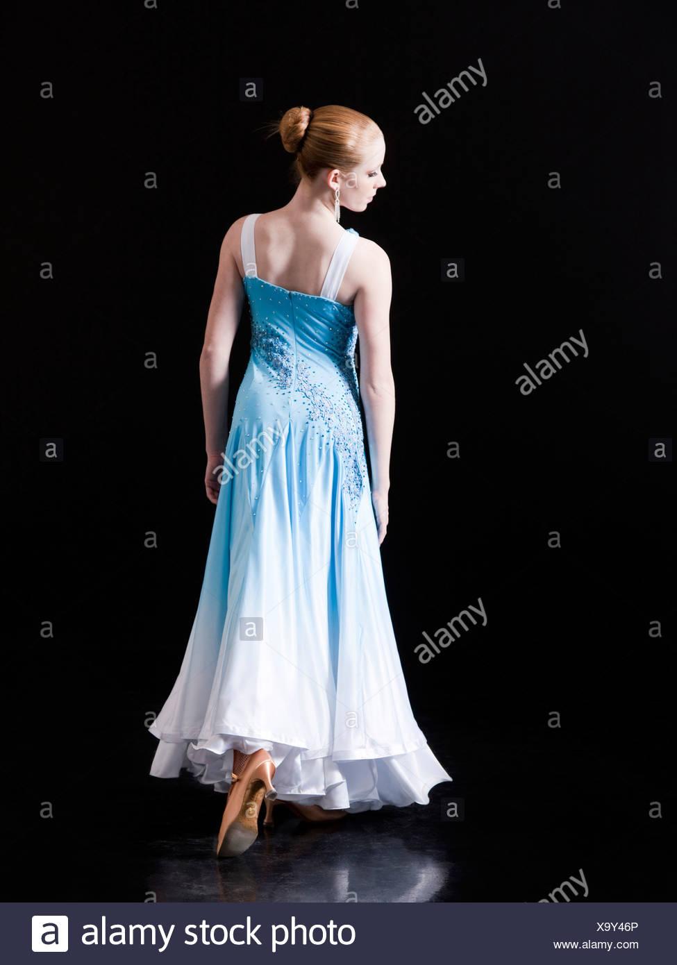 Junge Frau posiert als professionelle Tänzerin, Studio gedreht Stockbild
