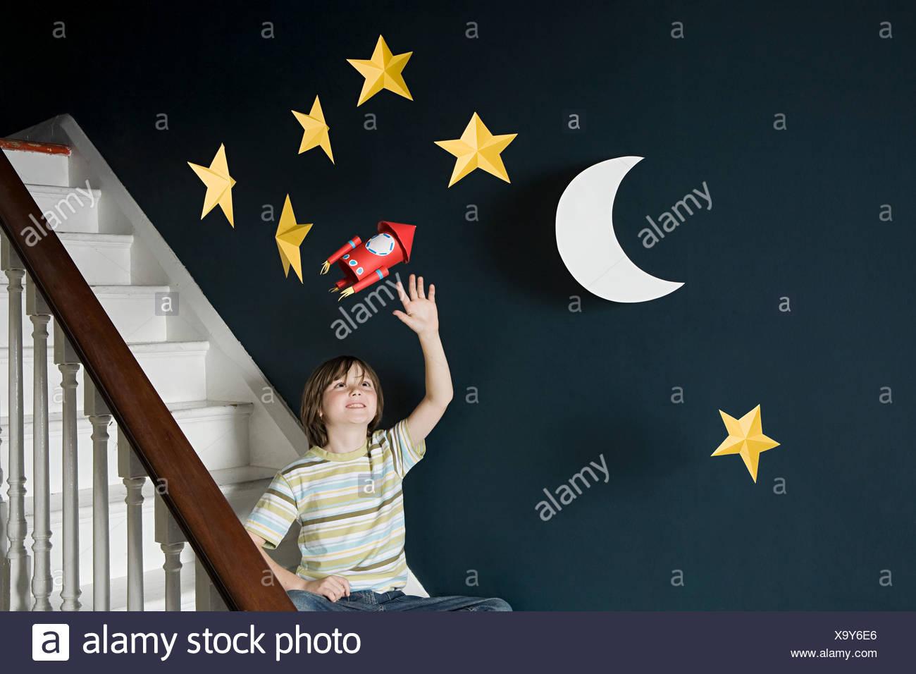 Ein Junge winkt ein Platz Stockbild
