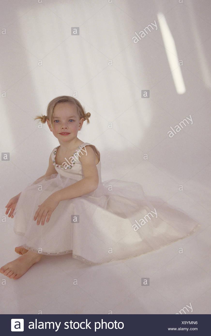 Madchen Kleid Weiss Barfuss Sitzen Menschen Kind Kleinkind