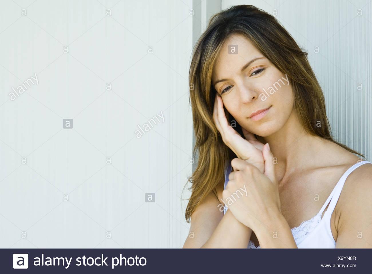 Frau hielt Kopf, Blick nach unten Stockbild