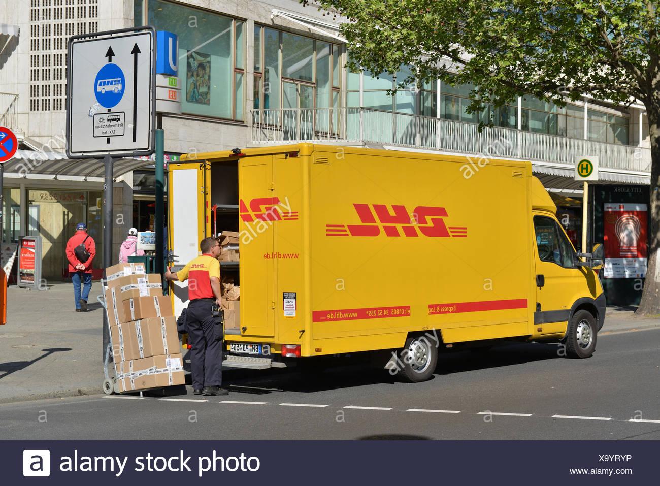 DHL, Paketbote, Tauentzienstrasse, Charlottenburg, Berlin, Deutschland Stockbild