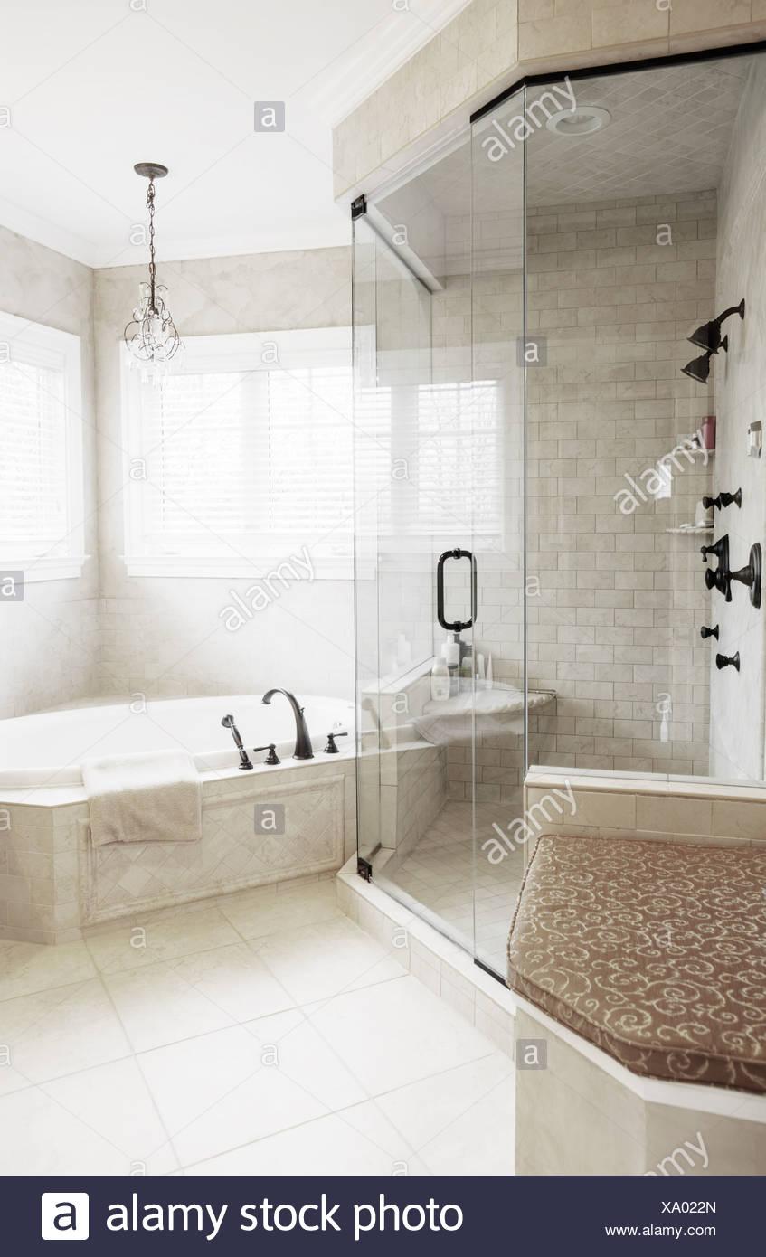 Gehobenen Neutral-getönten Badezimmer mit Jacuzzi-Wanne und Dusche