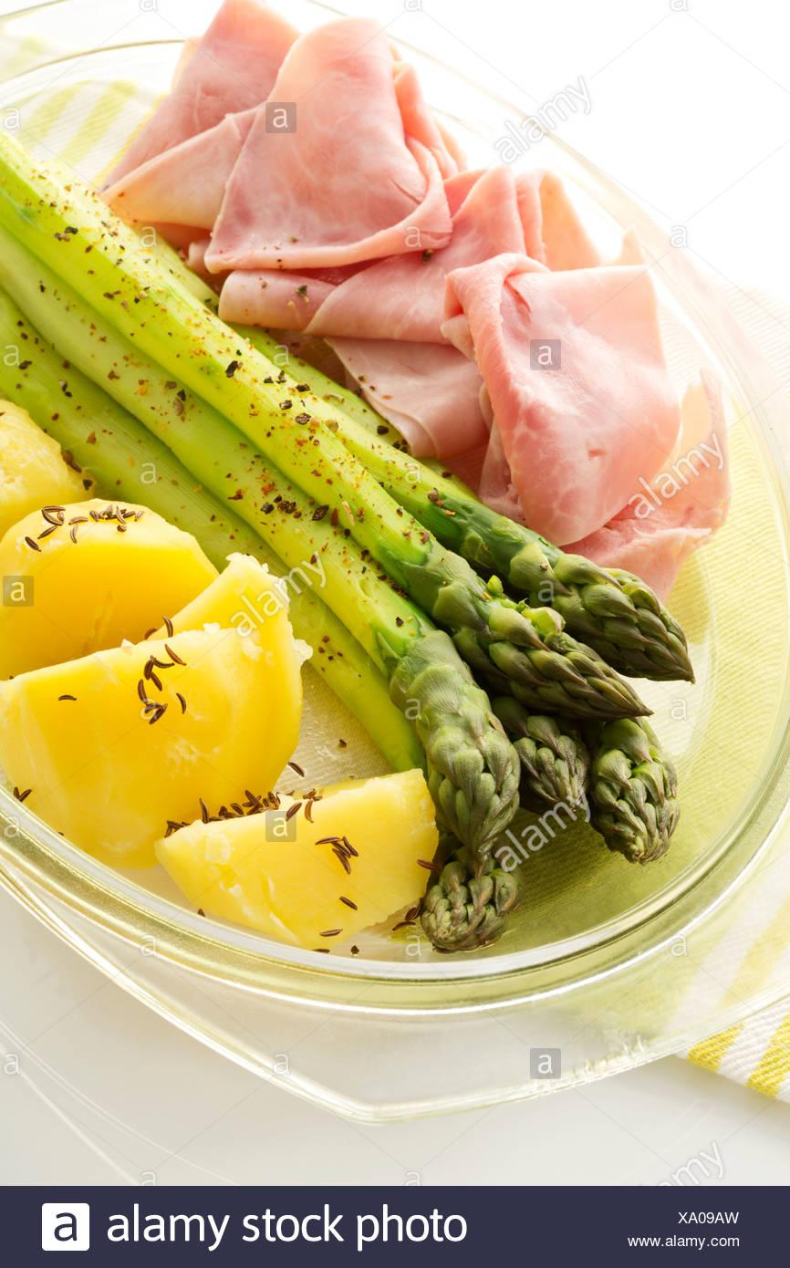 Teller Mit Grünem Spargel Mit Schinken Kartoffeln Und Sauce