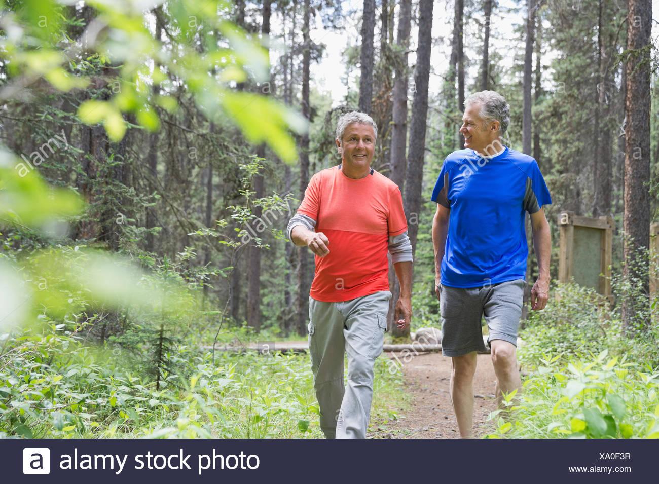 Männer mittleren Alters, Wandern im Wald Stockbild