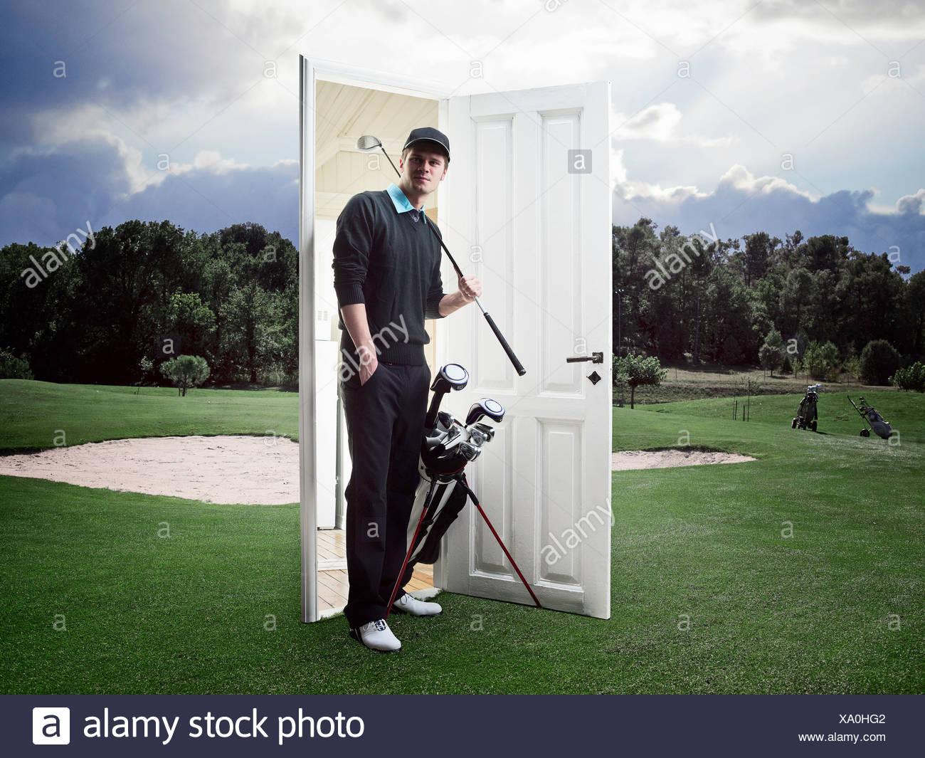 Mann aus Tür auf Golfplatz Stockbild