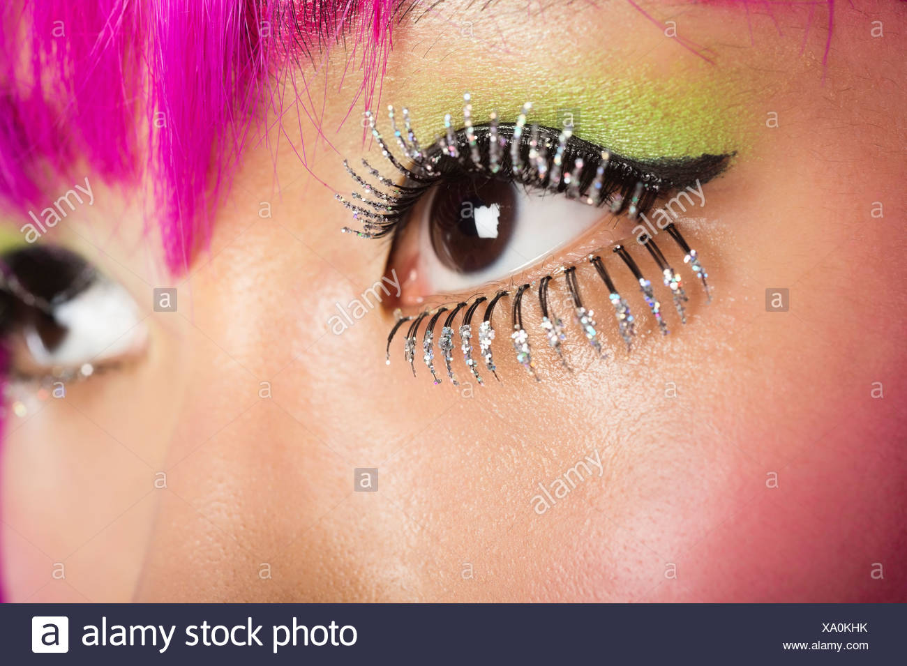 Extreme junge funky Frau Gesicht falsche Wimpern Stockbild