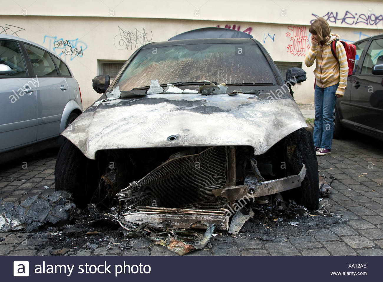 Berlin, Deutschland, sieht Mädchen in einem ausgebrannten Auto in Berlin-Mitte Stockbild