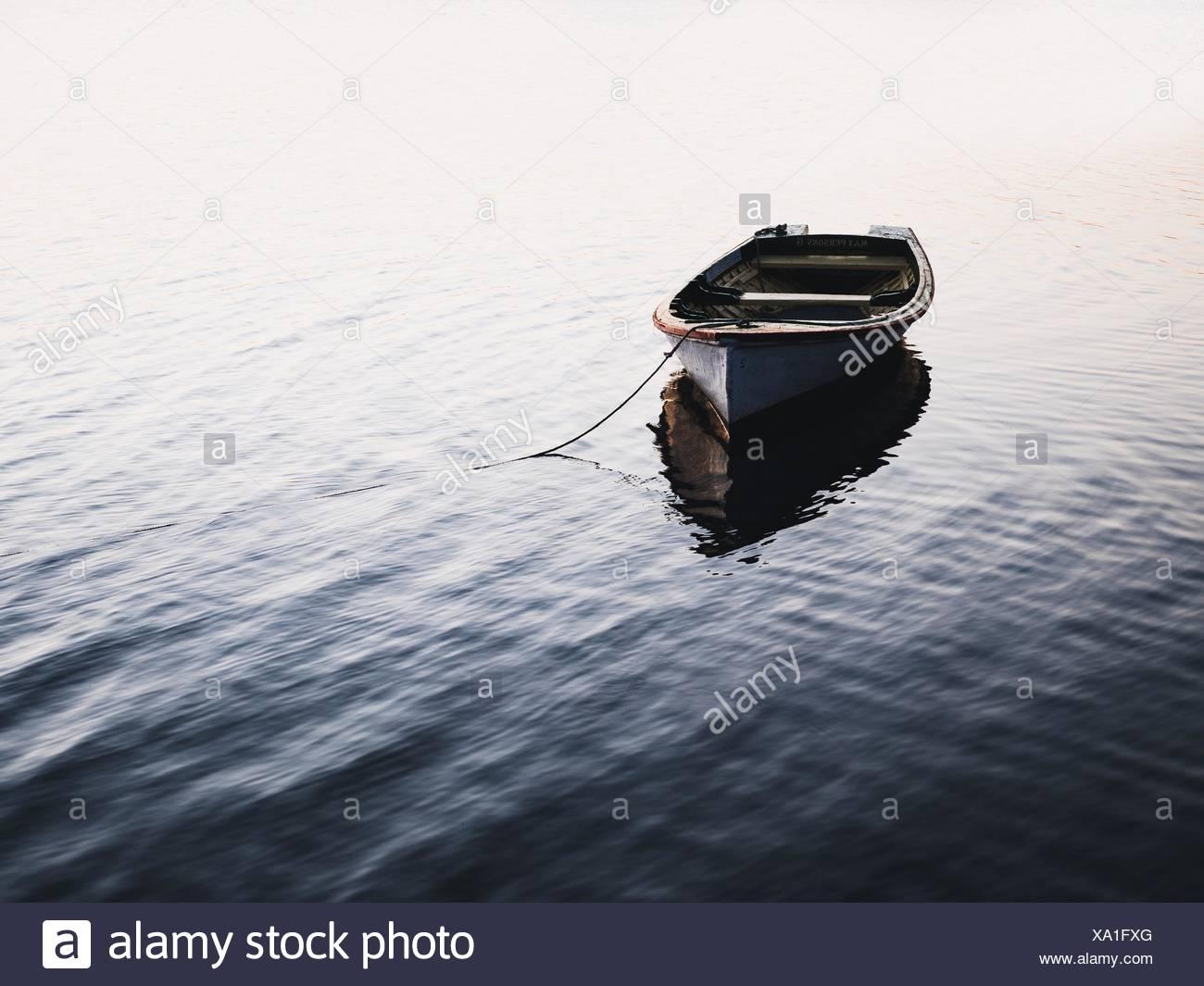 Boot vor Anker am See Stockbild