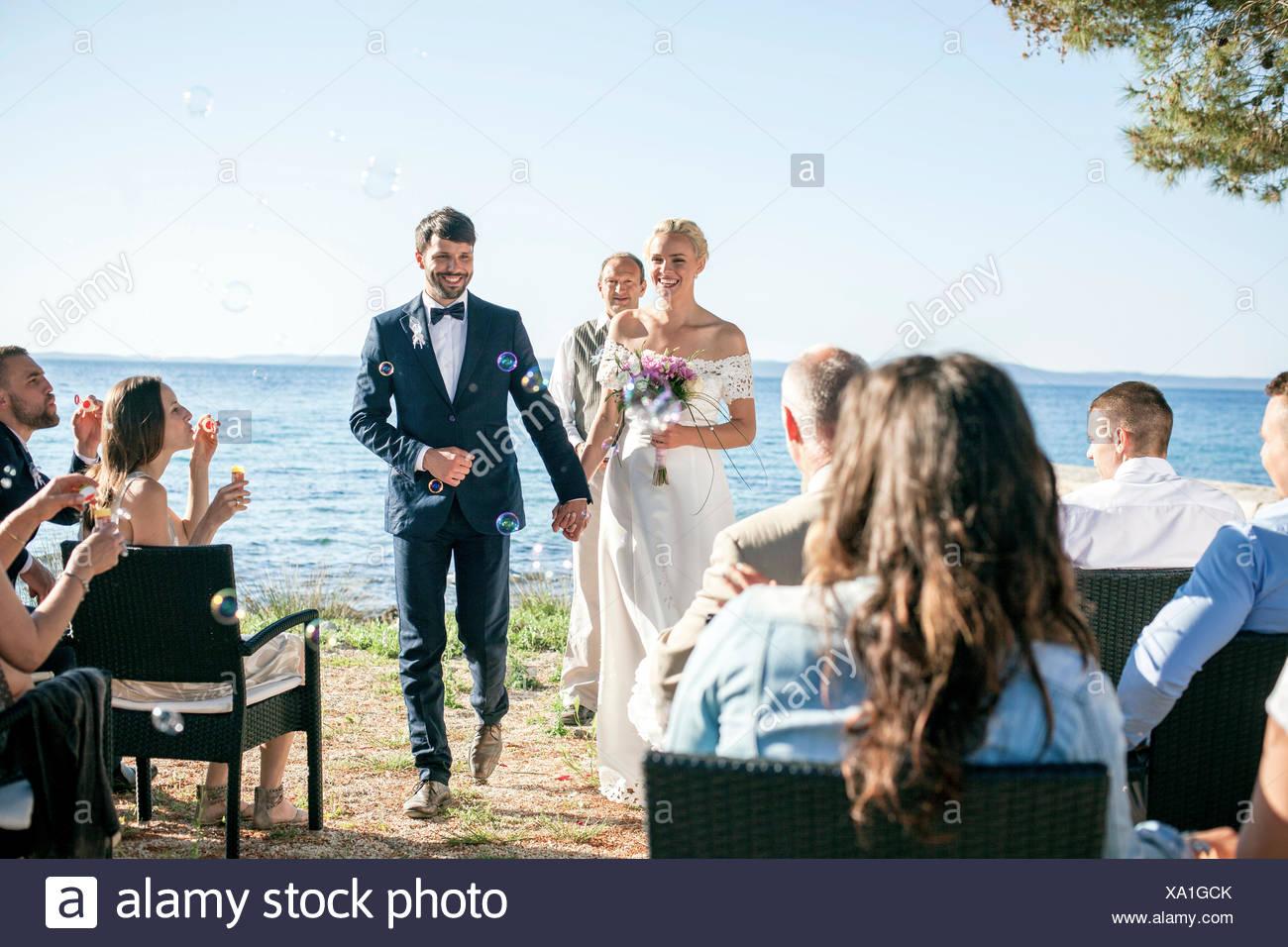 Braut und Bräutigam bei der Trauung am Strand Stockbild