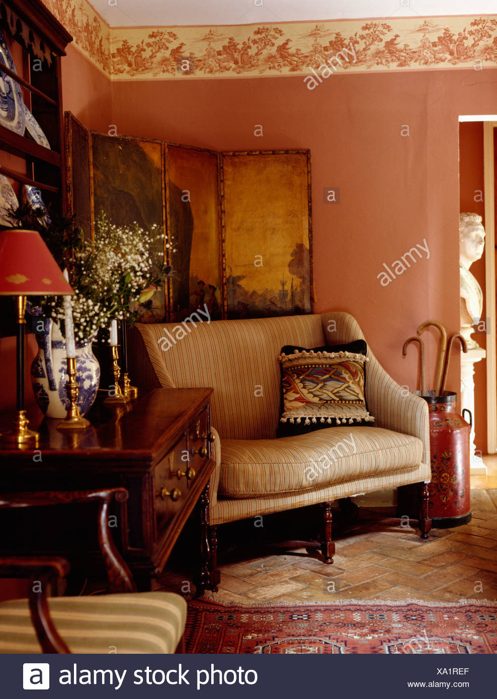 Elegant Creme Sofa Vor Antike Bemalte Leinwand In Rosa Hütte Wohnzimmer Mit  Wand Fries Und Antike Kommode