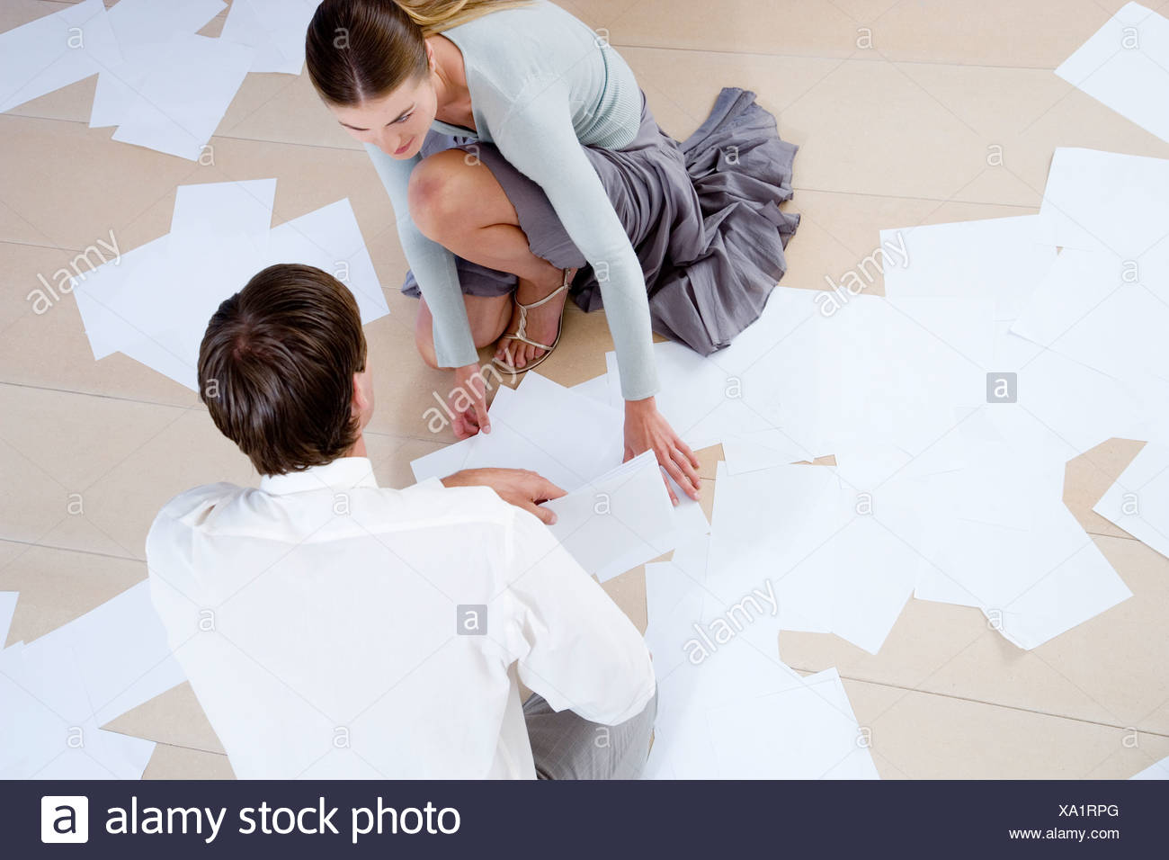 Zwei Kollegen Abgelegten Dateien Und Unterlagen Aus Dem Boden