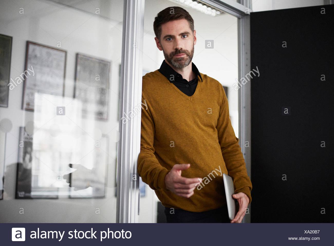 Lässige Geschäftsmann in Tür Stockbild