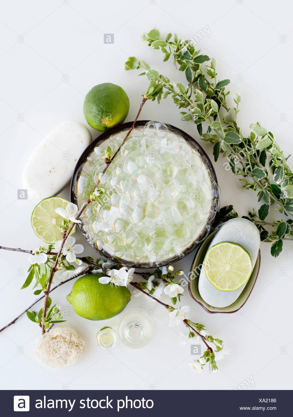 Aromatische Stillleben mit Limetten, Blüte und Seife Stockbild
