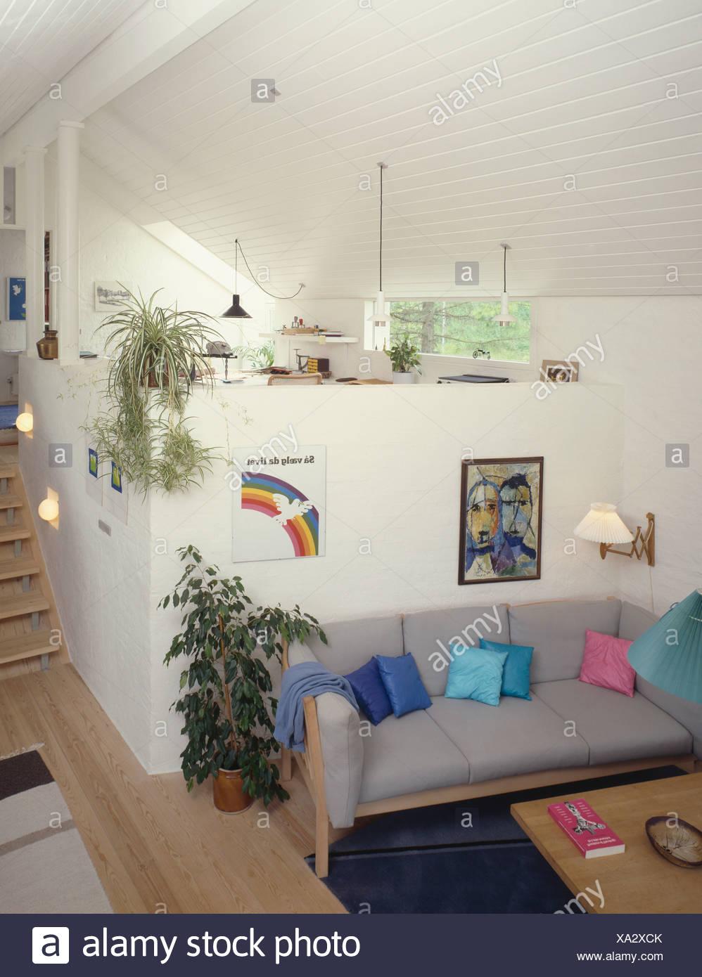 Grauen Sofa im Wohnbereich unten Mezzanine Küche und ...