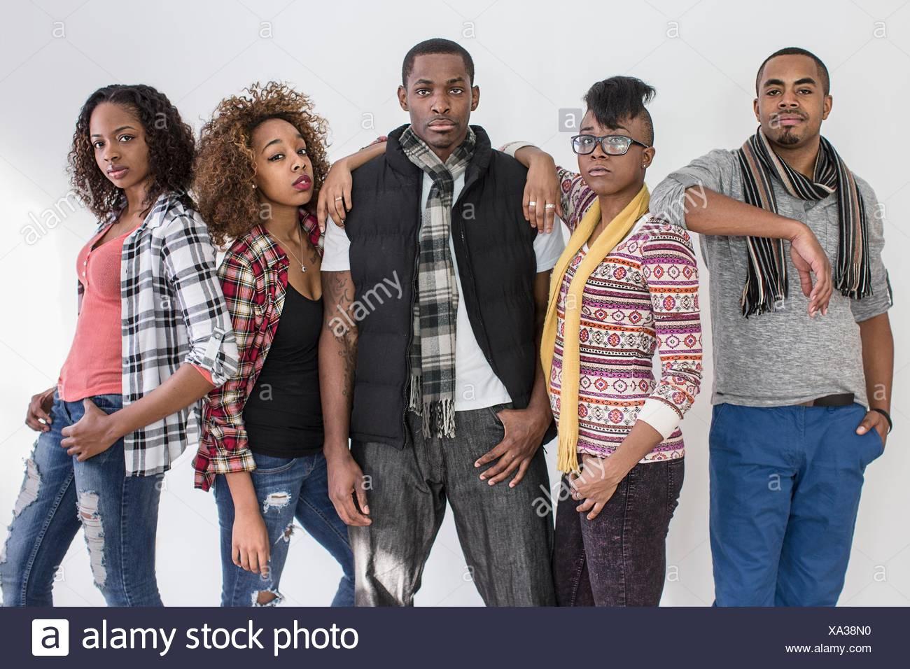Studioportrait von fünf schweren starren Erwachsenen Freunden Stockfoto