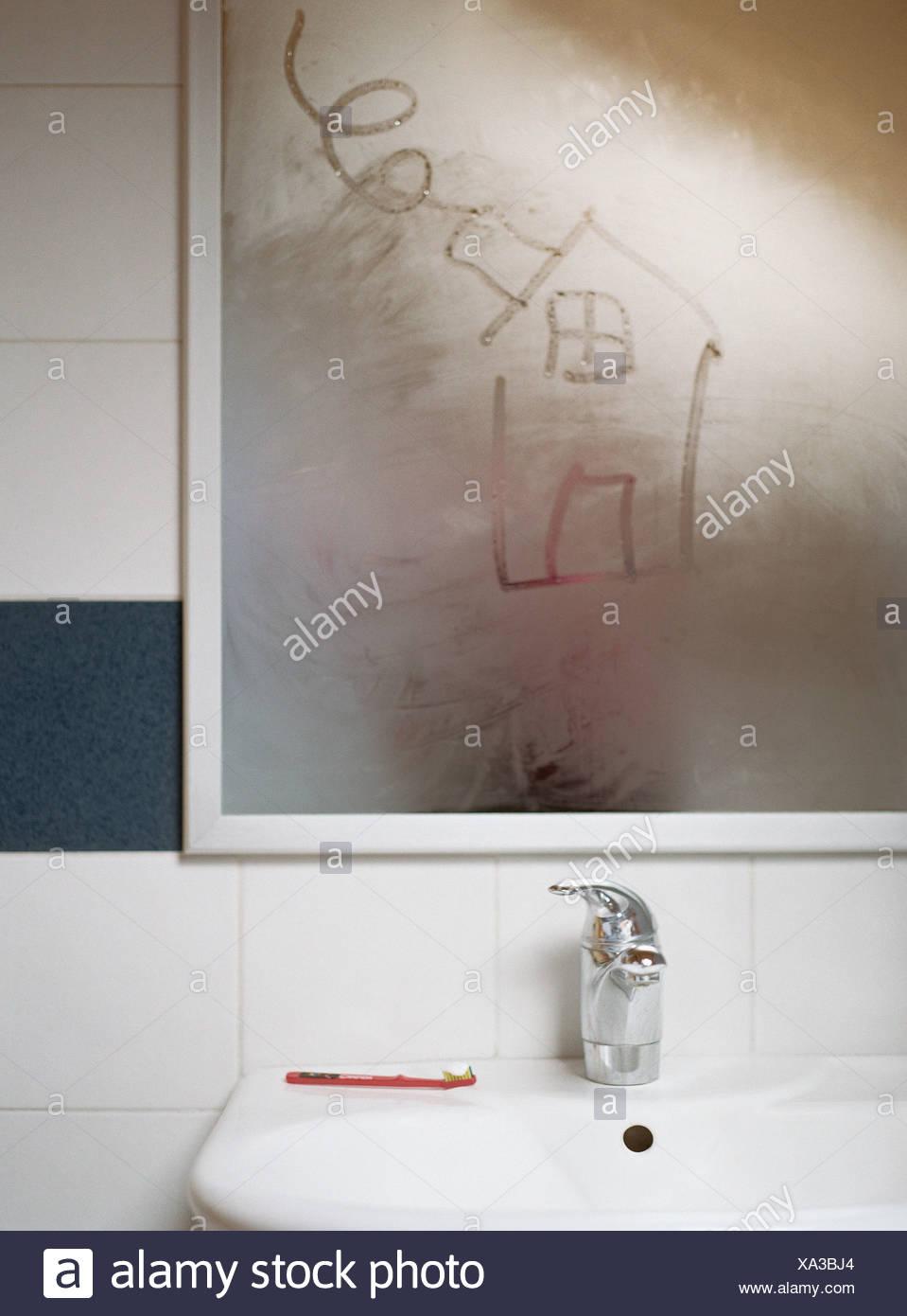 Charming Haus In Kondensation Am Badezimmerspiegel Gezeichnet