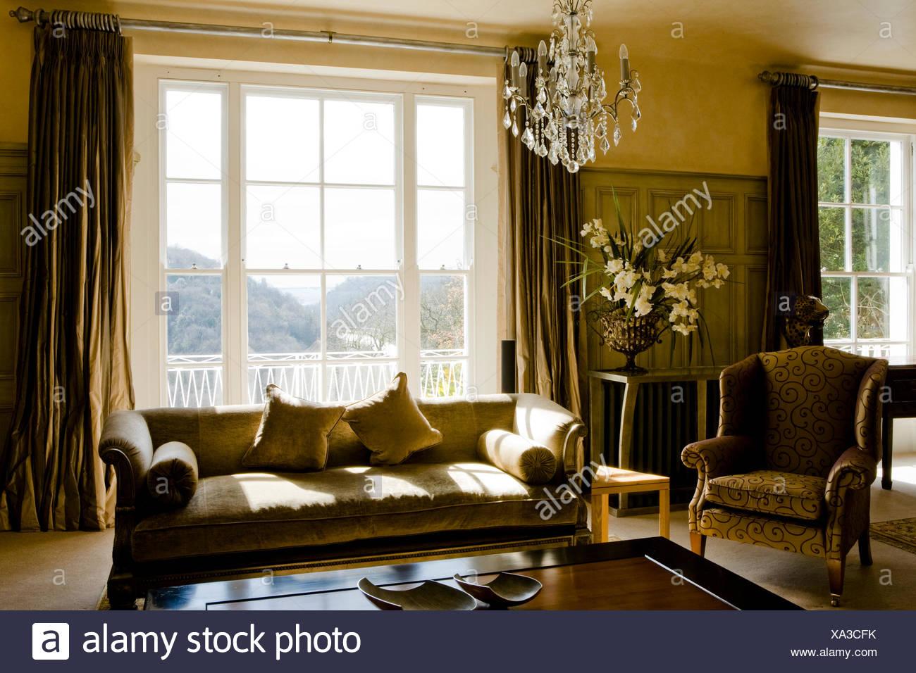 Beige Sofa und gemusterten Sessel im Wohnzimmer Land mit Seide ...