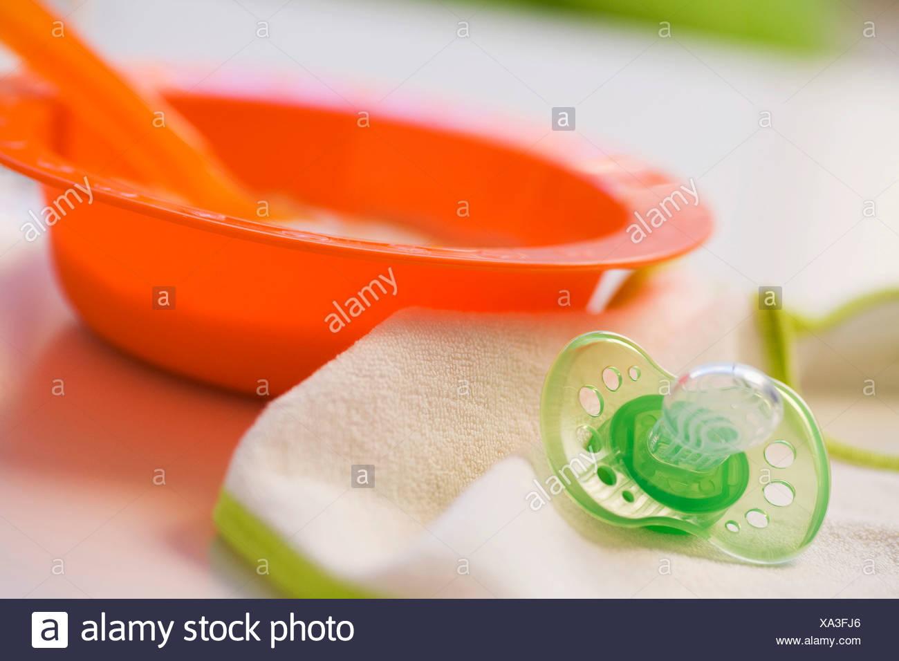 Babynahrung in Schüssel mit Schnuller Stockbild