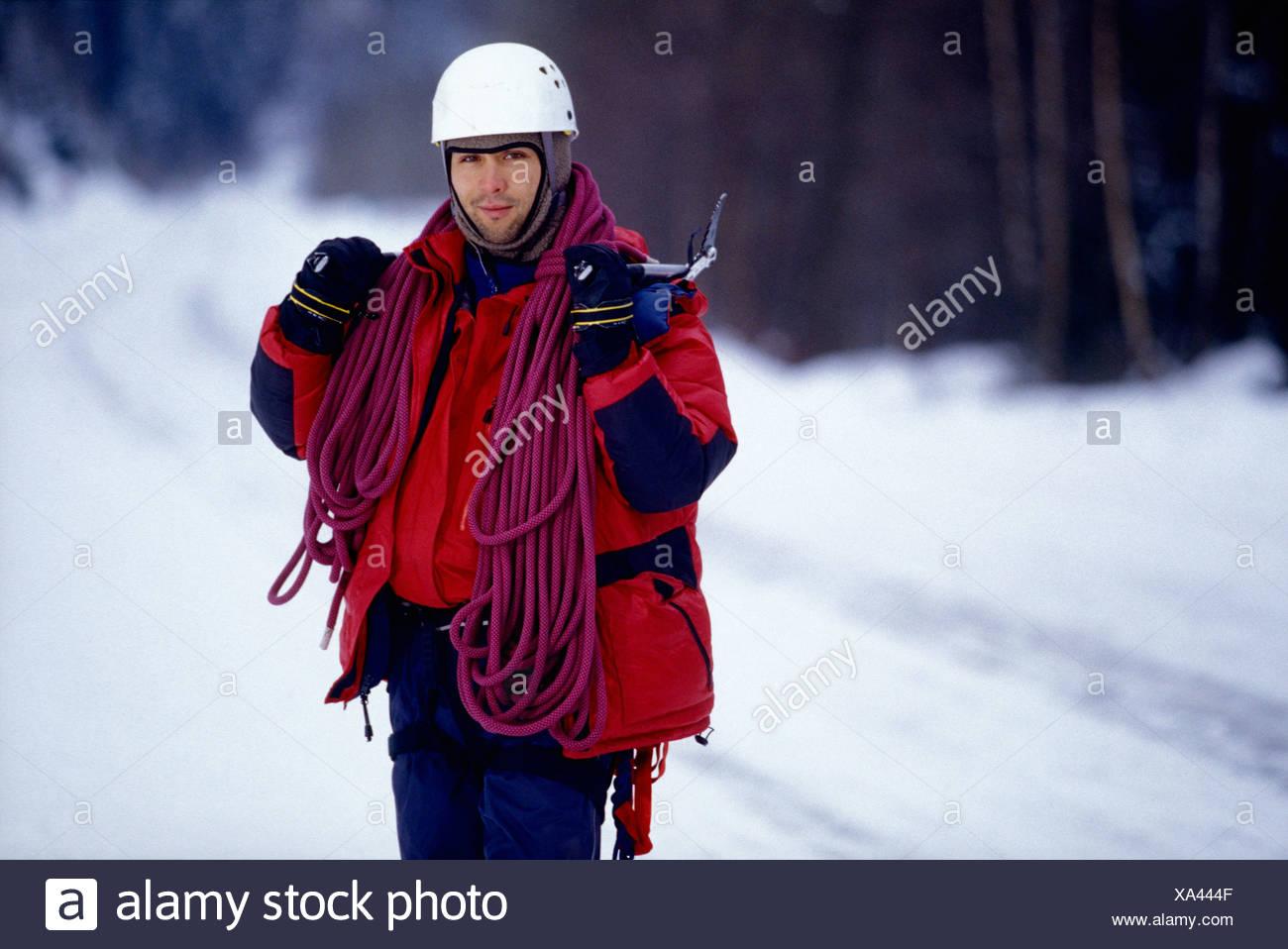 Klettergurt Aus Seil : Der mensch steht im schnee mit seil klettergurt und eispickel