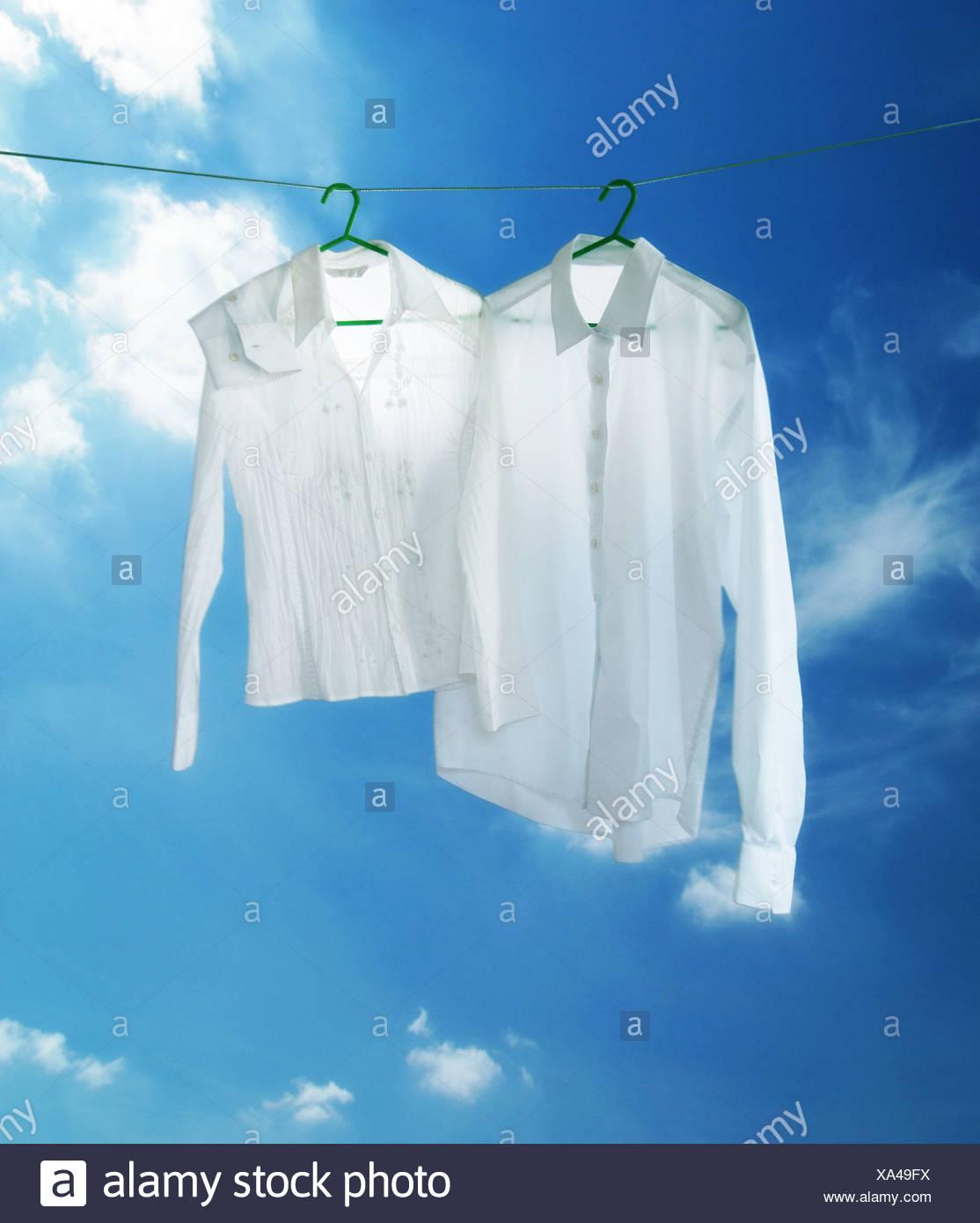 sports shoes ce4d3 17644 zwei weiße Hemden auf eine Wäscheleine Stockfoto, Bild ...