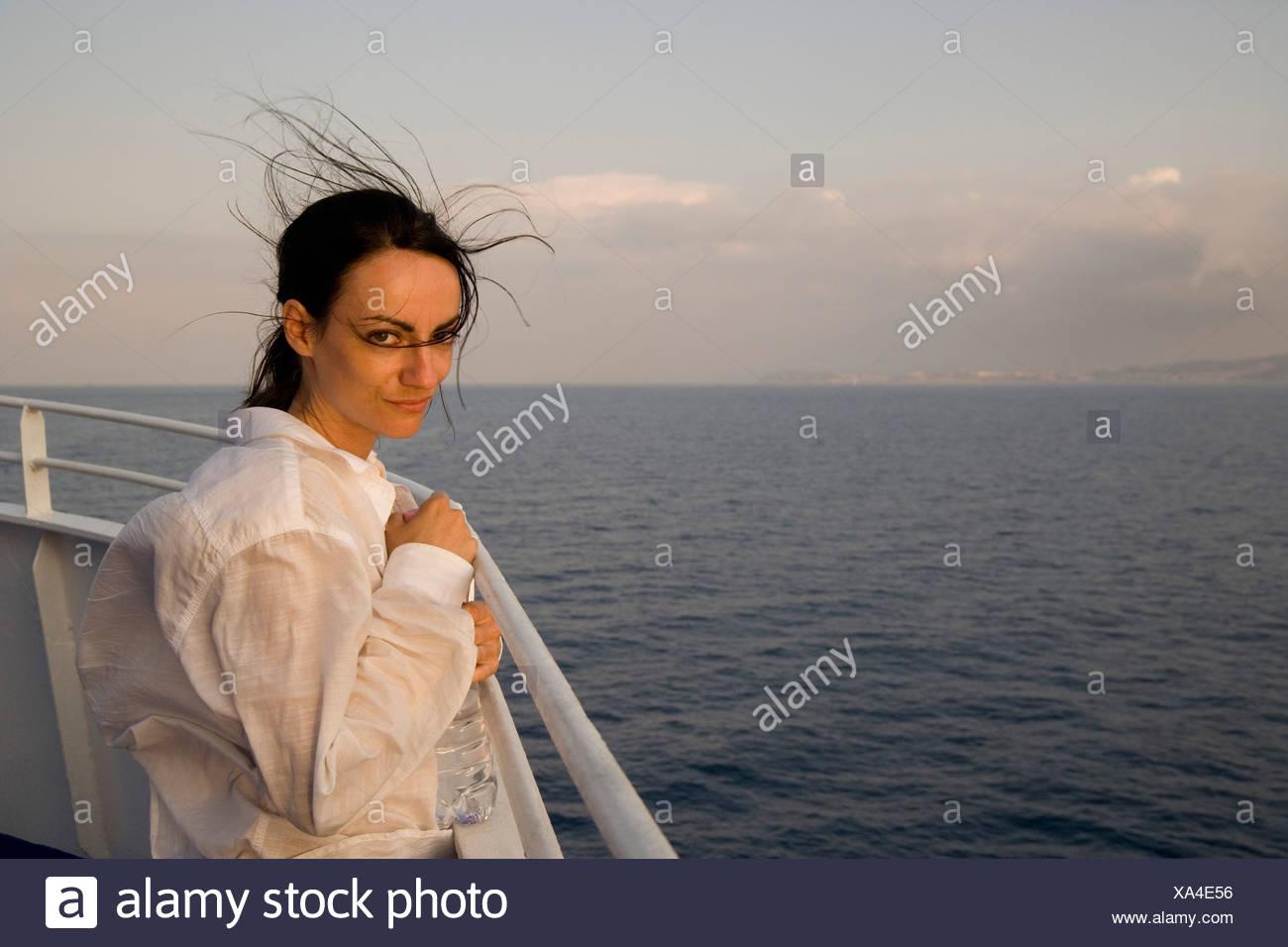 Eine Frau stand auf dem Schreibtisch eines Schiffes Stockbild