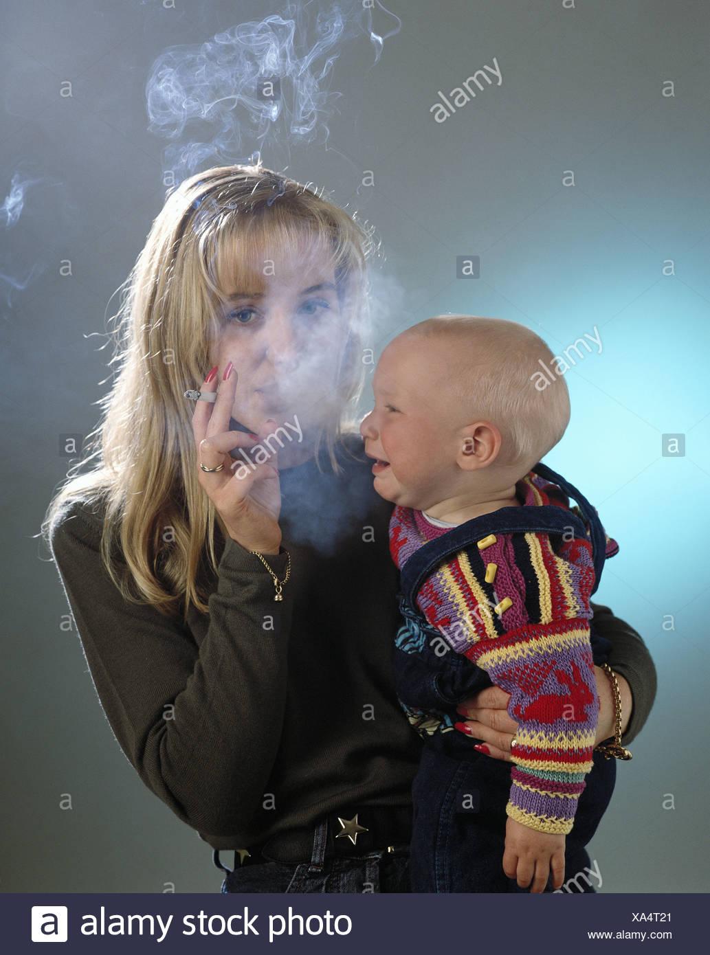 Anti-Raucher-Kampagne-Verbot von Rauchen Rauchen Kind Mutter Nichtraucherschutz rauchende Frau in der Nähe von Tod Stockbild