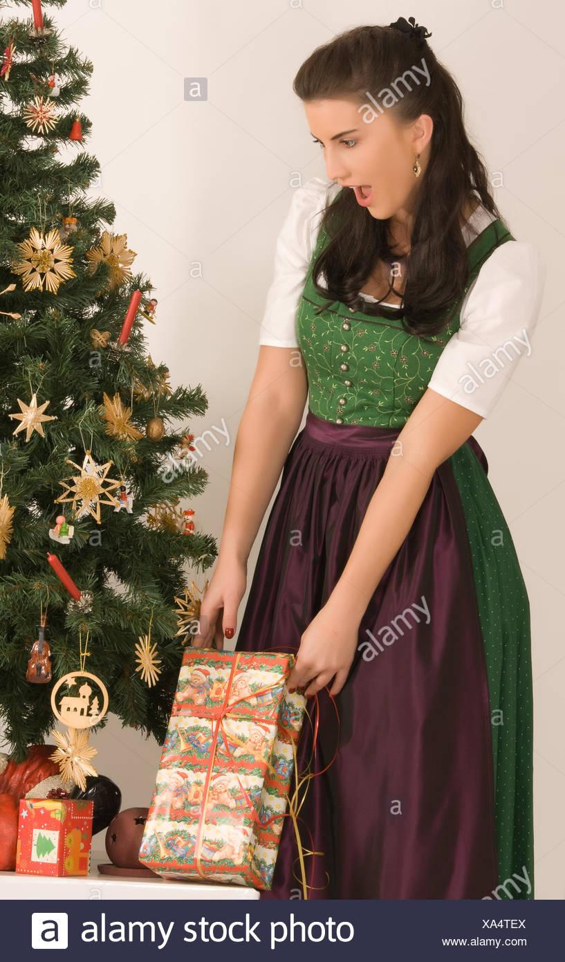 Bayerische Mädchen mit Weihnachtsgeschenk Stockfoto, Bild: 281619490 ...