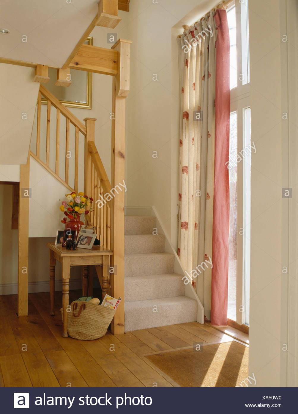 cremefarbene teppich auf offene holztreppe im wei en saal mit creme rosa gemusterte vorh nge. Black Bedroom Furniture Sets. Home Design Ideas