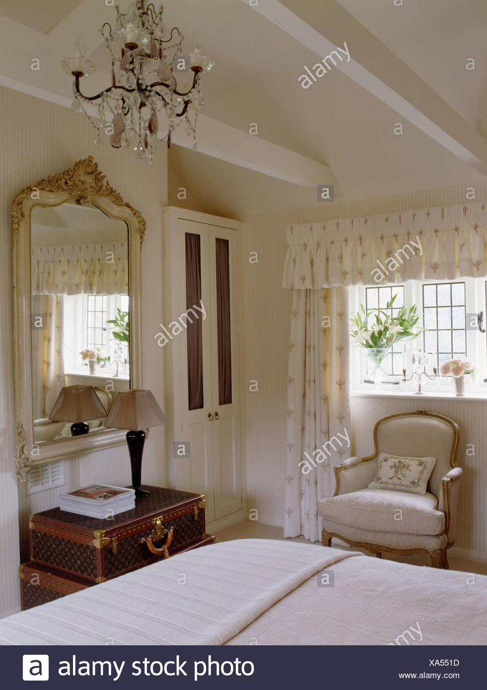 Kronleuchter und Apex Decke in Creme Land Schlafzimmer mit großen ...