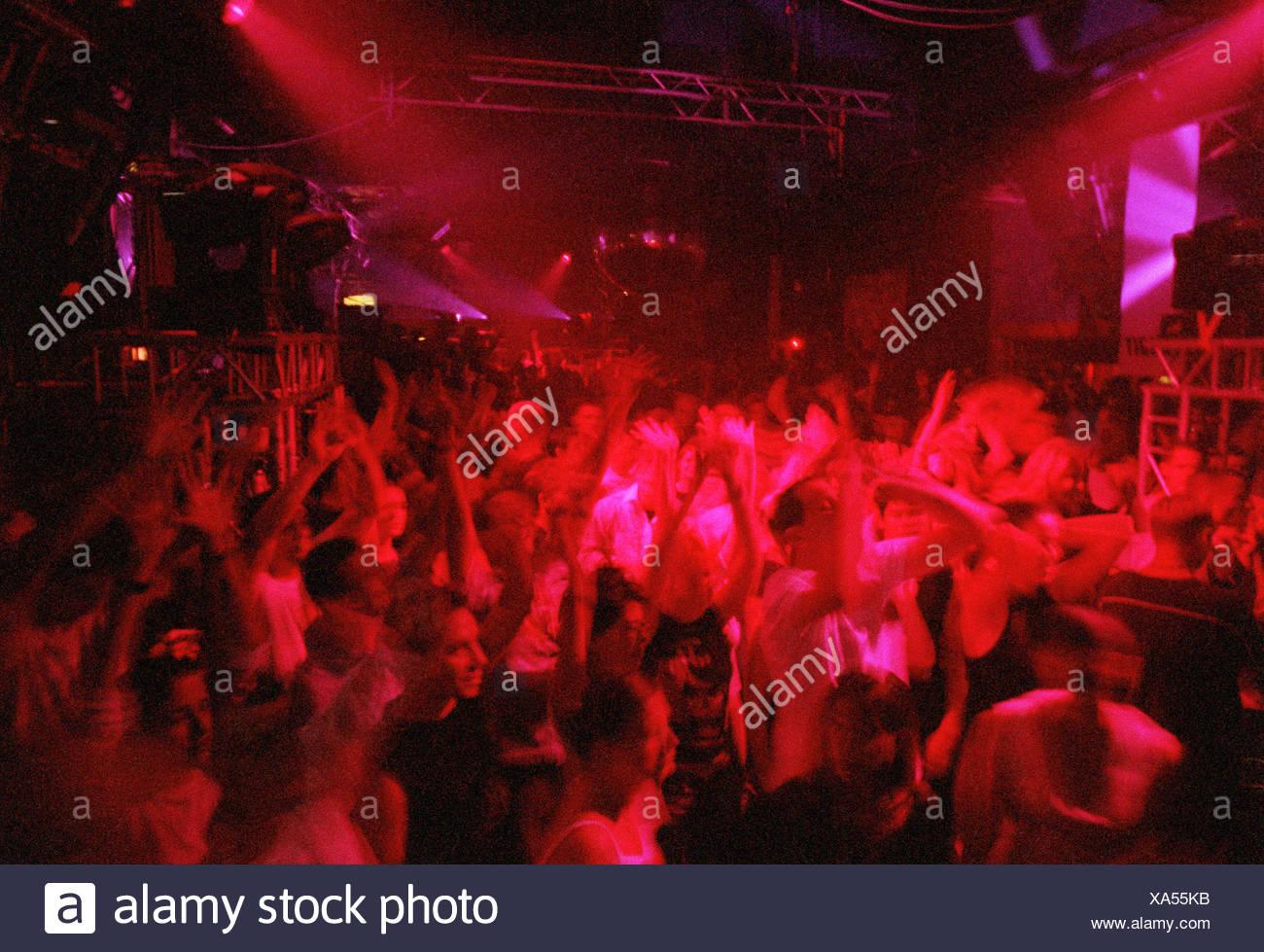 Partygaeste tanzen in einem Berliner club und feiern Stockbild