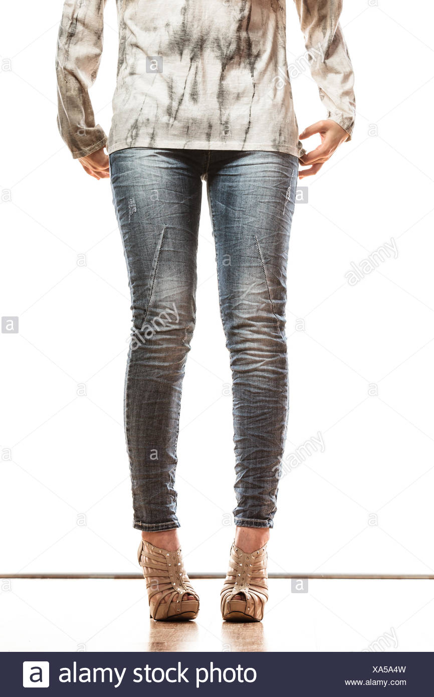 Frau Beine in Jeans Hose high Heels Schuhe Stockfoto, Bild