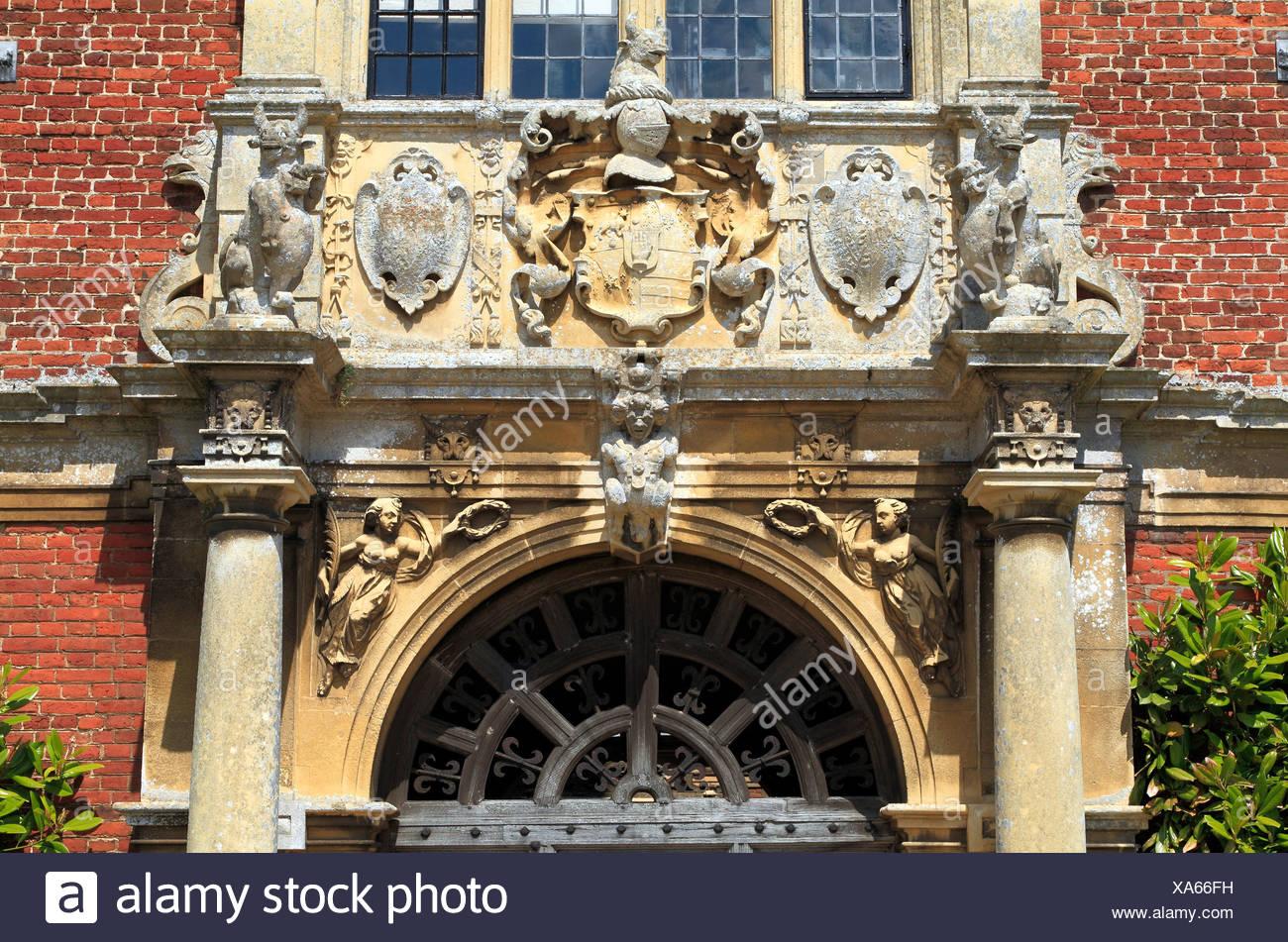 Blickling Hall, Norfolk, Detail der Heraldik über dem Südeingang, England UK Stockbild