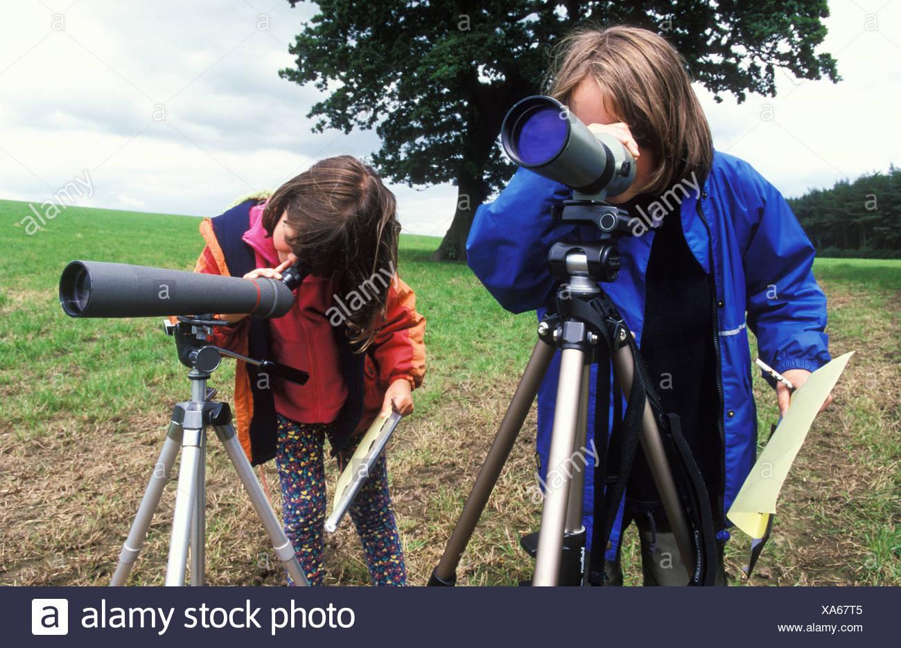 Kinder die auf der suche durch teleskop stockfoto bild