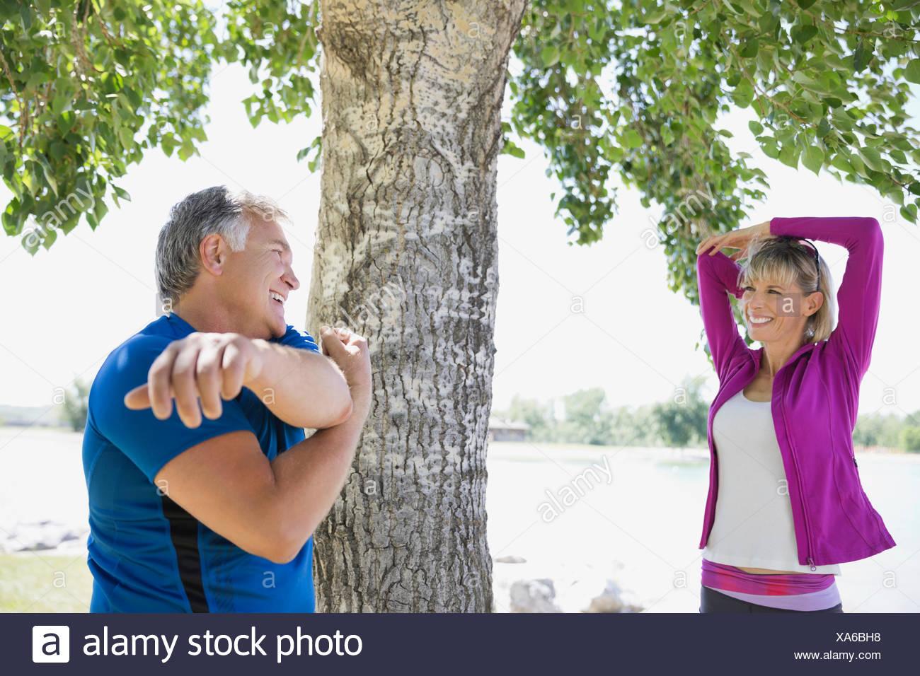 Paar mittleren Alters Erwärmung dehnen im freien Stockbild