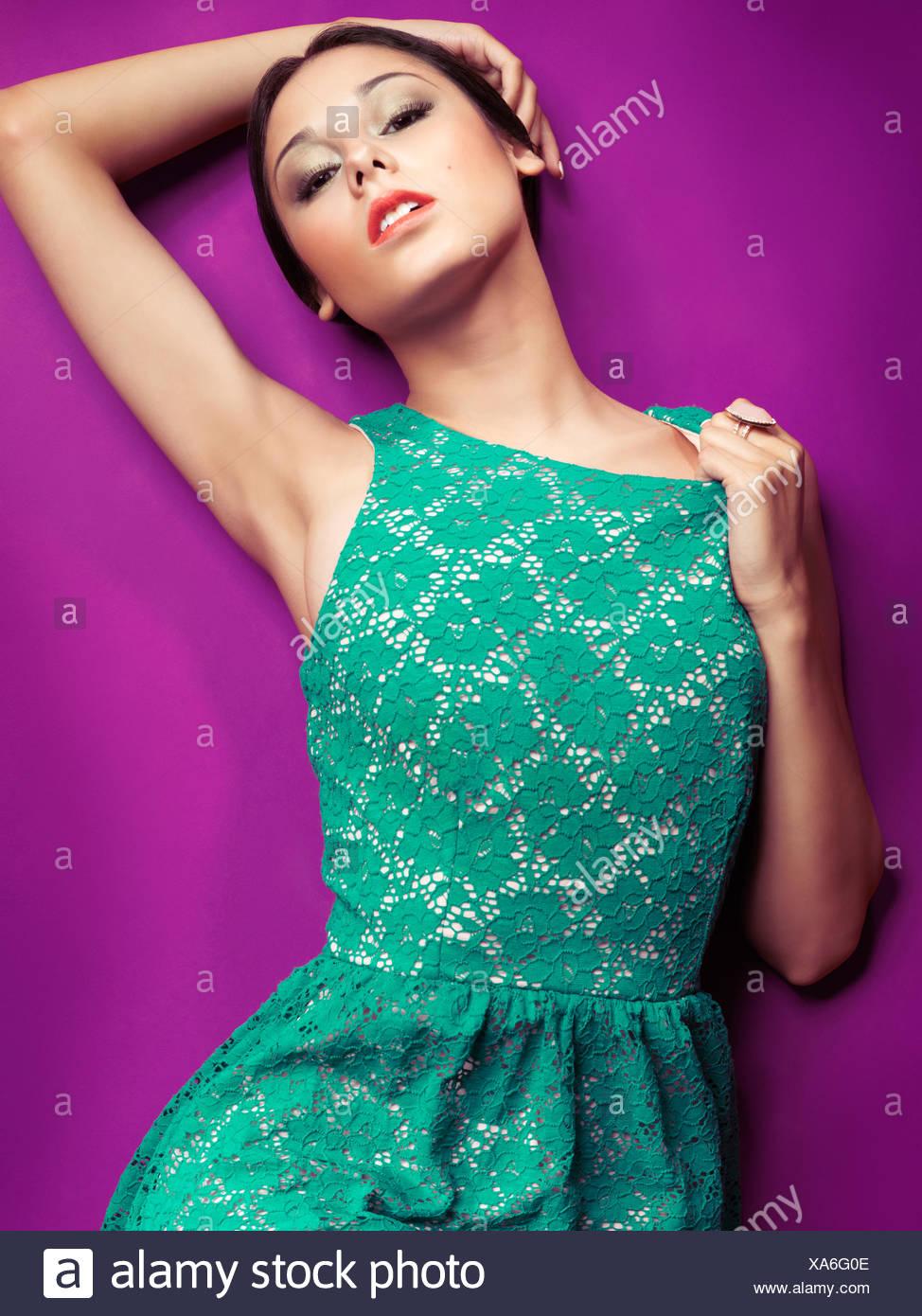 frau trägt ein grünes kleid retro-stil stockfotografie - alamy