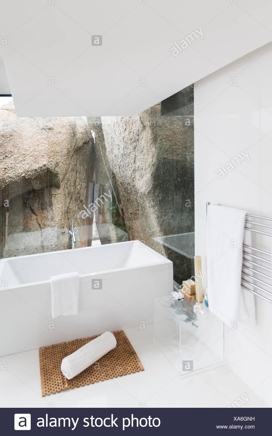 Badewanne und Rock Merkmal des modernen Badezimmer Stockfoto, Bild ...