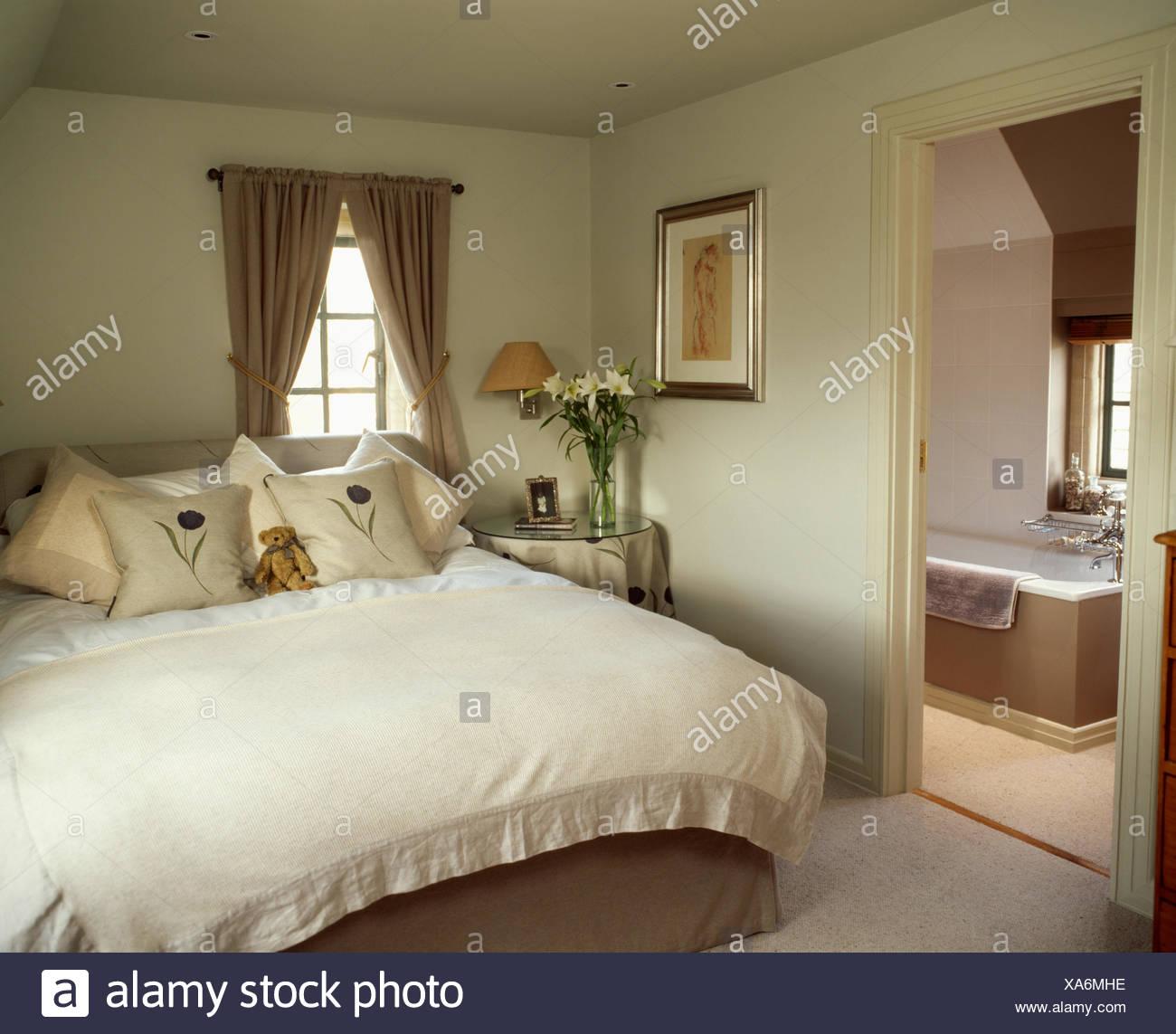 Leinen-umrandeten Creme fleece Bettdecke und cremefarbene Kissen in ...