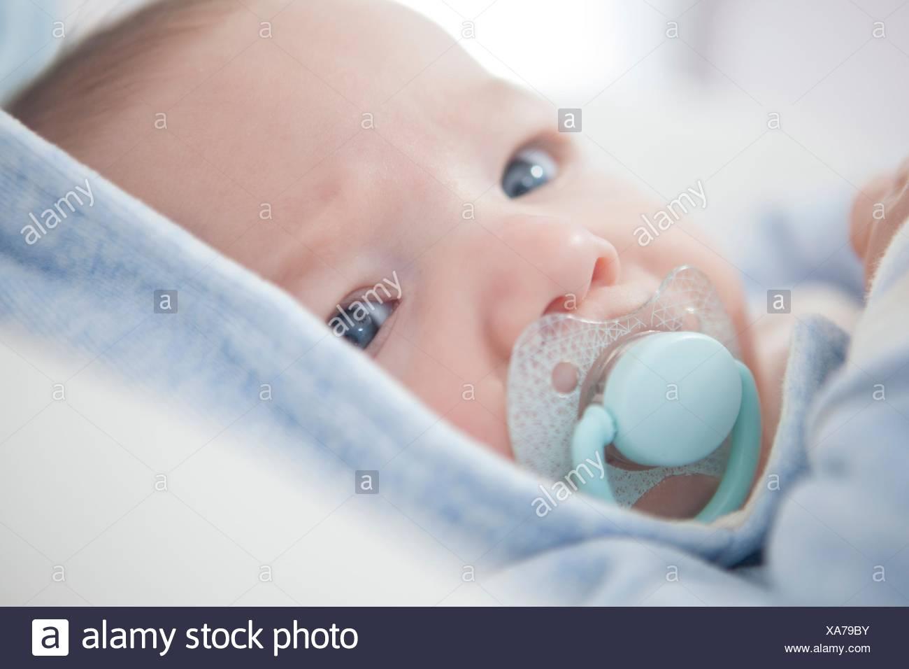Porträt eines vier Monate alten Baby mit Schnuller. Selektive konzentrieren. Stockbild
