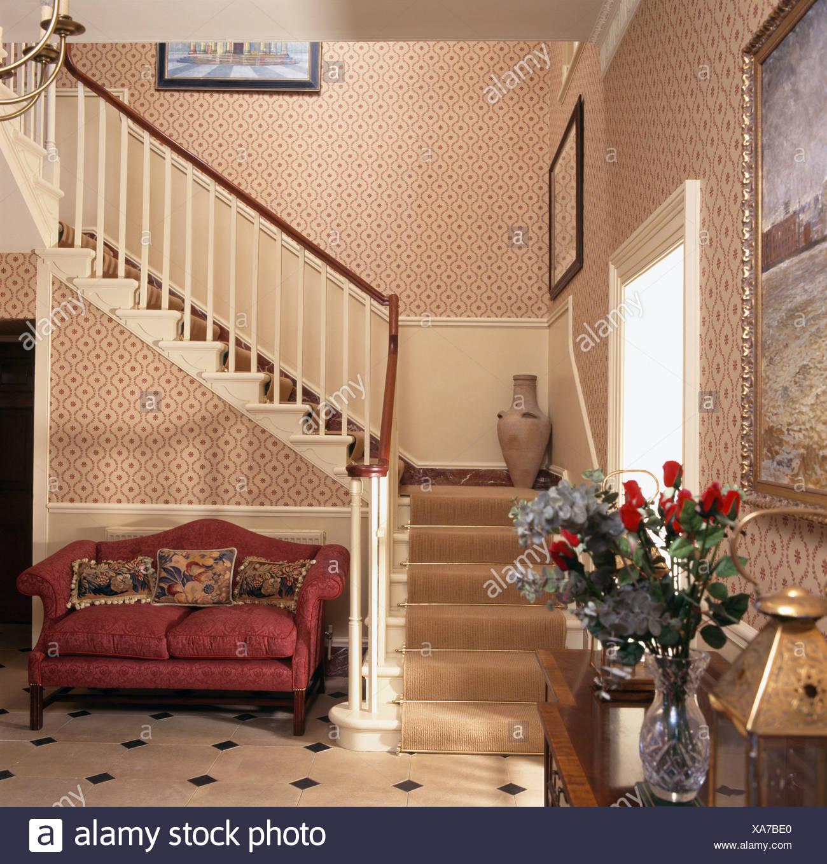Lieblich Rotes Sofa Unter Treppe Mit Sahne Teppich In Traditionellen Creme Halle Mit  Gemusterten Tapeten Stockbild