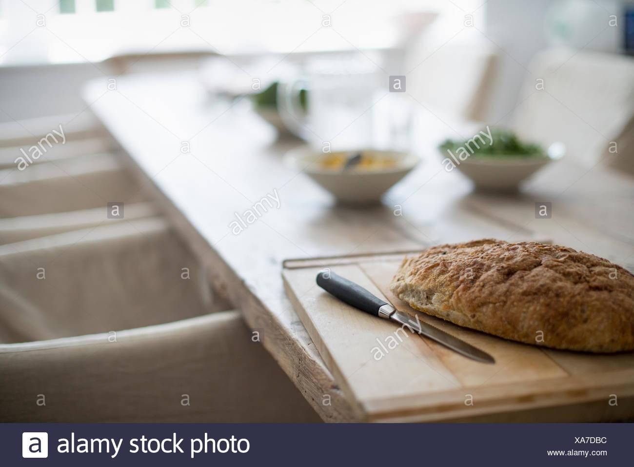 Ein Haus-Esszimmer. Essen auf dem Tisch. Gebackenes Brot. Stockbild