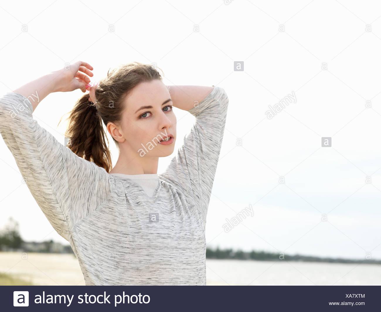 Junge Frau Anpassung Pferdeschwanz Stockbild