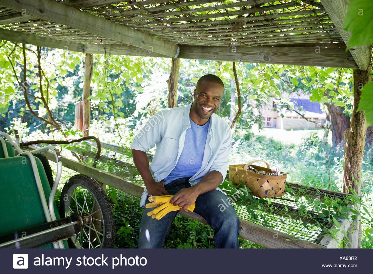 Ein Bauernhof, Anbau und Verkauf von Bio-Gemüse und Obst. Ein Mann arbeitet. Stockbild