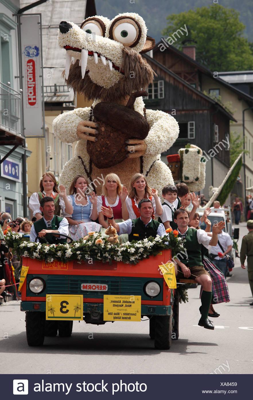 """""""Säbelzahn Eichhörnchen"""", Autoparade mit Charakteren aus Narzissen, Narzissenfest Narcissus-Festival in Bad Aussee, Ausseer Land Stockbild"""