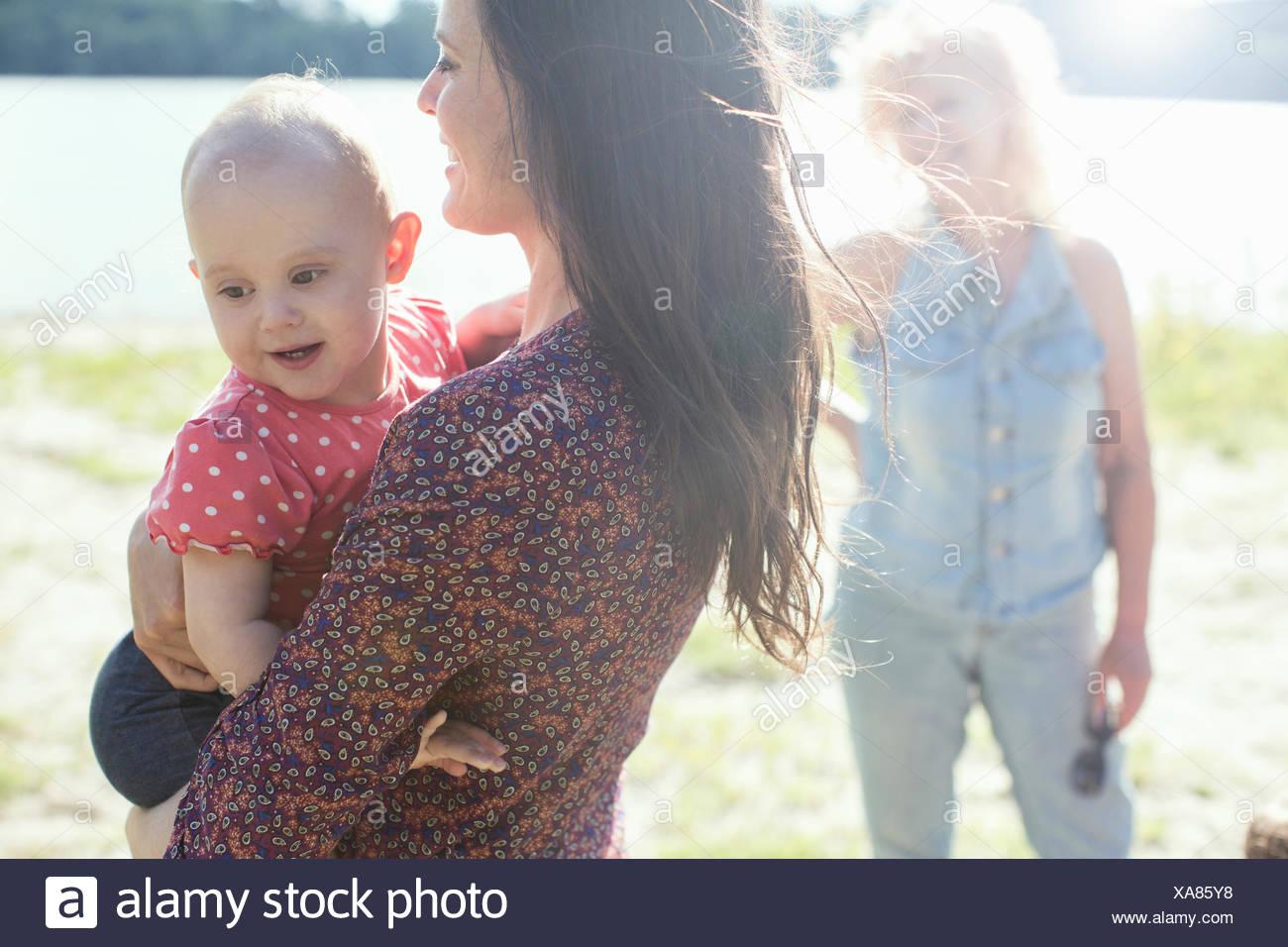 Ältere Frau mit Tochter und Enkelin im riverside Stockbild