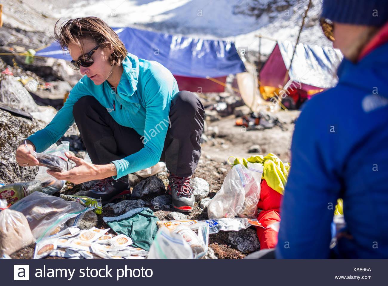 Expeditionsteilnehmer prüfen. Stockbild