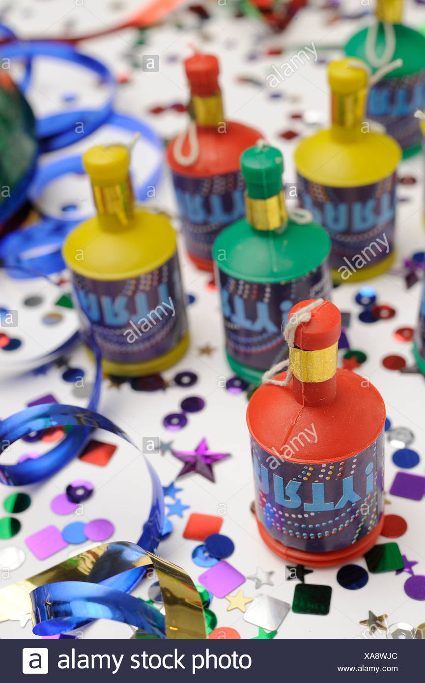 Ein Stillleben Bild bunte Konfetti, blaue Streamer und Party Poppers auf weißem Hintergrund Stockbild