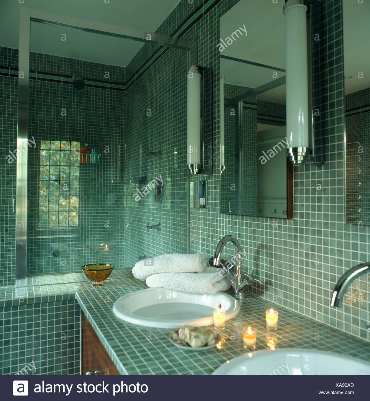 Modernes Mosaik gefliesten Badezimmer mit brennenden Kerzen ...
