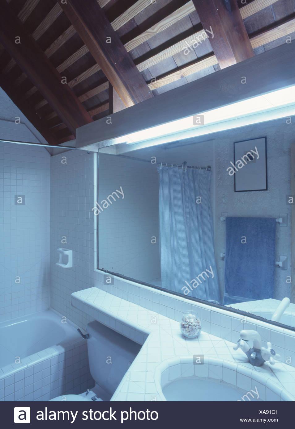 Lichtbänder und rechteckigen Spiegel über dem Waschbecken im ...