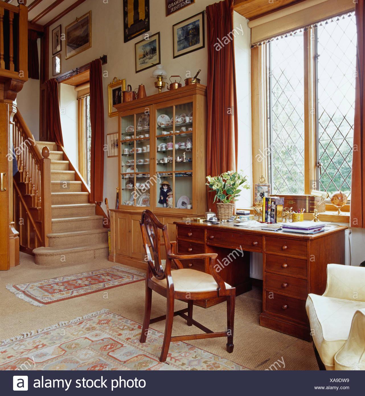 Country hall staircase stockfotos country hall staircase bilder alamy - Schreibtisch vor fenster ...